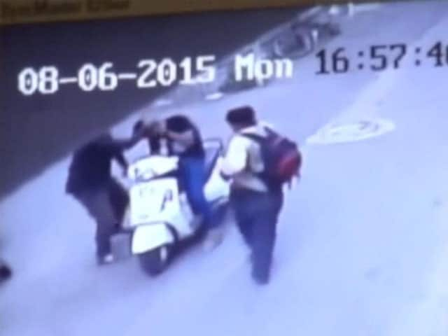 Video : Daring Daytime Heist: Man Robbed Of Rs 17 Lakh at Knifepoint in Rajkot