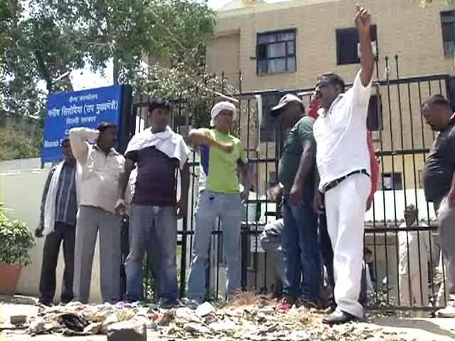 Videos : दिल्ली में तनख्वाह नहीं मिलने से नाराज़ सफ़ाई कर्मियों ने उपमुख्यमंत्री के दफ्तर के आगे डाला कचरा