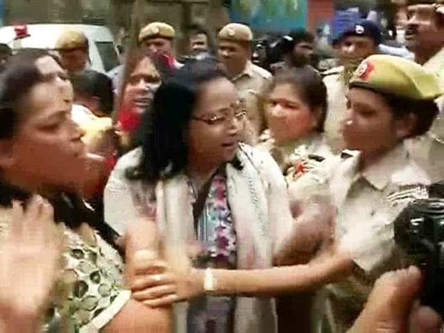 Video : AAP Lawmaker Somnath Bharti's Wife Accuses Him of Domestic Violence, BJP Holds Protest