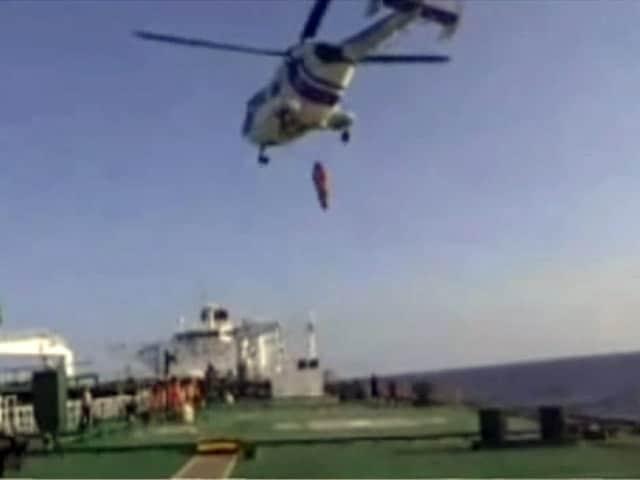 Video : कोस्ट गार्ड्स ने बीच समंदर में जहाज से निकालकर मरीज को अस्पताल पहुंचाया