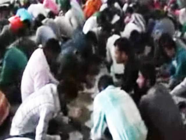 Video : समस्तीपुर में परीक्षा में मोबाइल, किताब से खुलेआम नकल