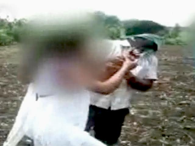 Video : कैमरे में कैद : महाराष्ट्र में बेरहमी से की गई प्रेमी युगल की पिटाई