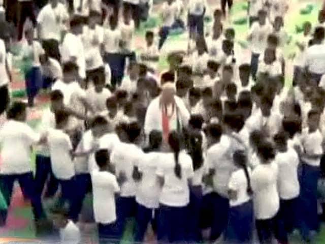 Videos : पीएम मोदी ने बच्चों से पूछा, कौन-कौन से योग आसन अच्छे लगते हैं
