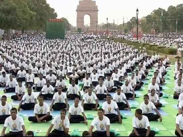 Video : अंतरराष्ट्रीय योग दिवस के मौके पर देश और दुनिया में लोगों ने किए योगासन