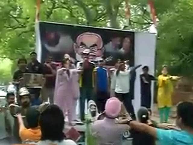 Video : योग से दूर रही कांग्रेस, ललित मोदी के मुद्दे पर पीएम मोदी को घेरा