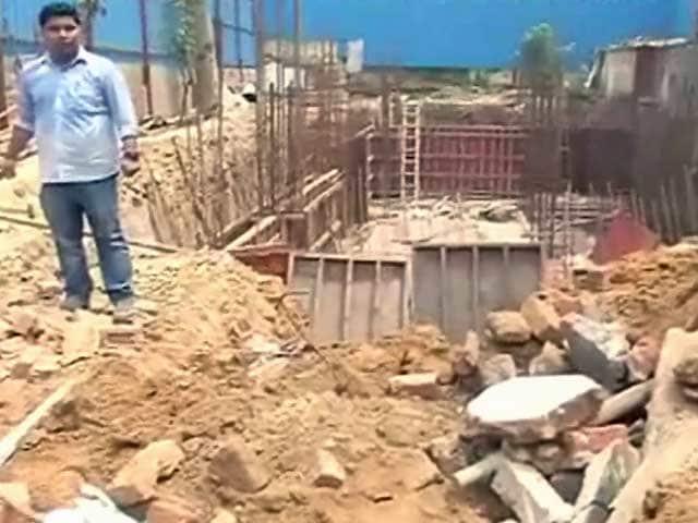 Video : दिल्ली के सर्वोदय एनक्लेव में एक निर्माणाधीन इमारत गिरी