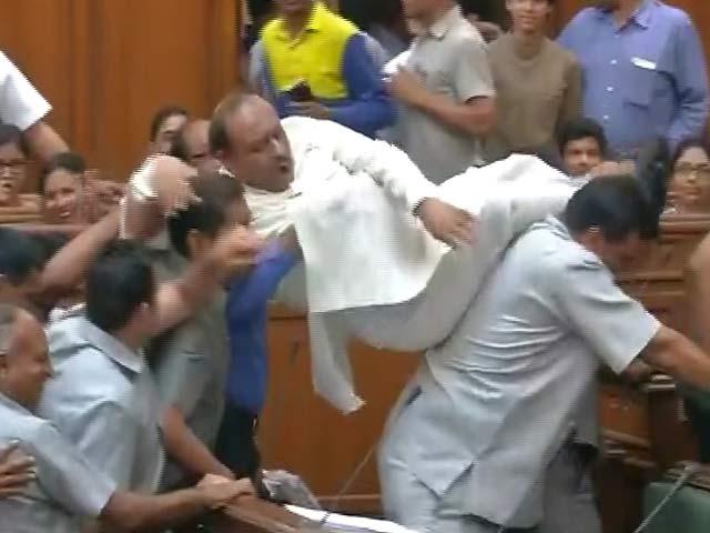 Video : BJP Lawmaker Vijender Gupta Gets a 'Lift' Out of Delhi Assembly