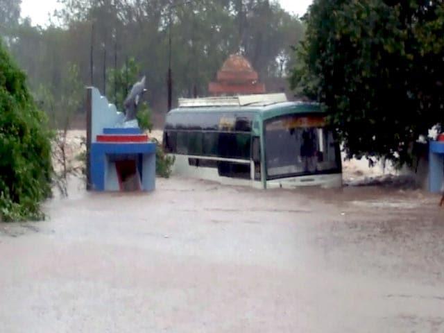 Video : गुजरात में भारी बारिश, स्कूल-कॉलेज बंद, कई इलाकों में पानी भरा