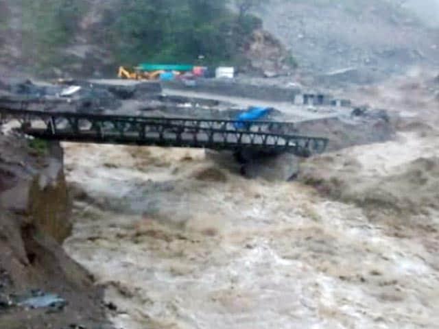 Video : उत्तराखंड में भारी बारिश से पुल टूटे, चार धाम यात्रा रोकी गई