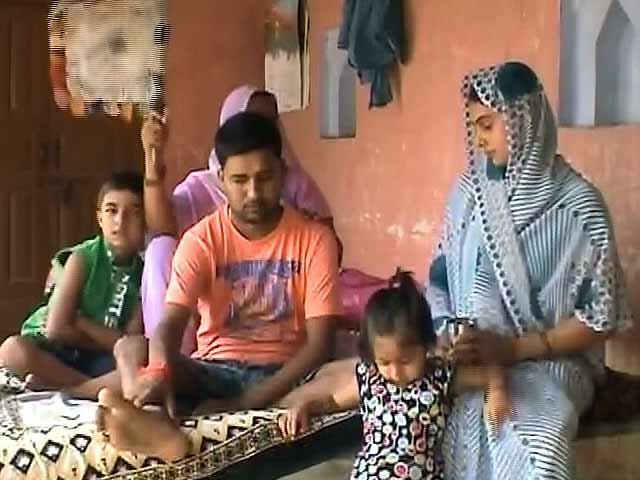 Videos : यूपी के इस गरीब को कैंसर से जंग में चाहिए आर्थिक मदद