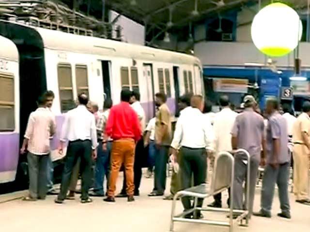 Videos : मुंबई : चर्चगेट स्टेशन पर प्लेटफॉर्म पर चढ़ गई लोकल ट्रेन