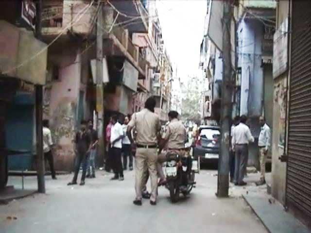 Videos : दिल्ली : मोबाइल शोरूम में सेल्सगर्ल से बदसलूकी, विरोध करने पर किया तोड़फोड़