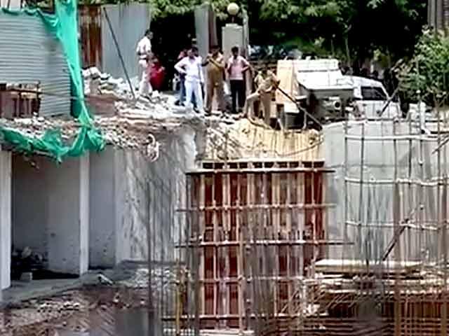 Videos : दिल्ली : निर्माणाधीन इमारत का बेसमेंट ढहा, तीन मजदूरों की मौत