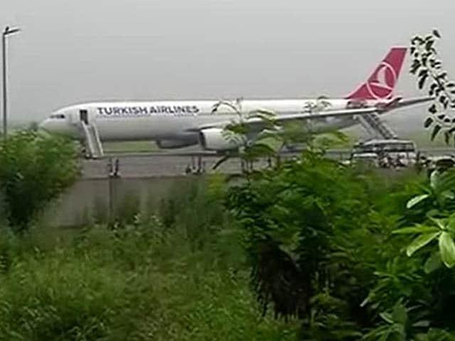 Video : दिल्ली में विमान की इमरजेंसी लैंडिंग, जांच के लिए NSG कमांडो पहुंचे