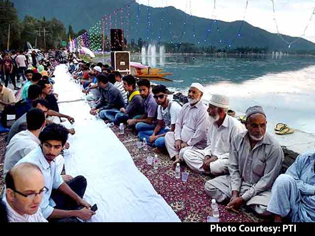Video : 'Longest Iftar Party' in Asia Hosted Near Dal Lake in Srinagar