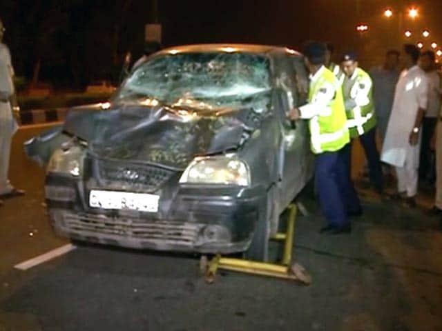 Videos : दिल्ली : तेज़ रफ़्तार कार ने चेकिंग कर रहे पांच पुलिसवालों को रौंदा
