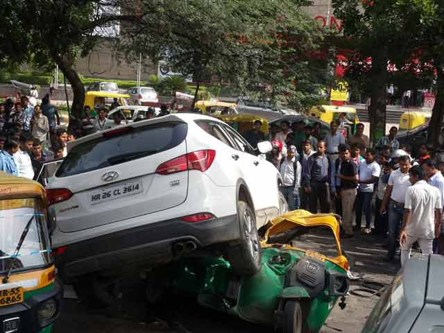 Video : Gurgaon Gang War. SUV Fired At, Falls on Auto, 1 Dead