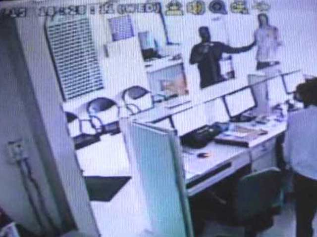Video : Caught on Camera: Daring Gunpoint Robbery, Escape on Scooty