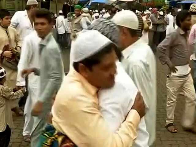 Videos : देशभर में धूमधाम से मनाई जा रही है ईद, लोगों ने गले मिलकर दी एक-दूसरे को बधाई