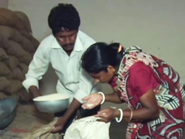 Video : छत्तीसगढ़ की राशन प्रणाली में घोटाला, लोगों को दिया जा रहा मिलावटी नमक