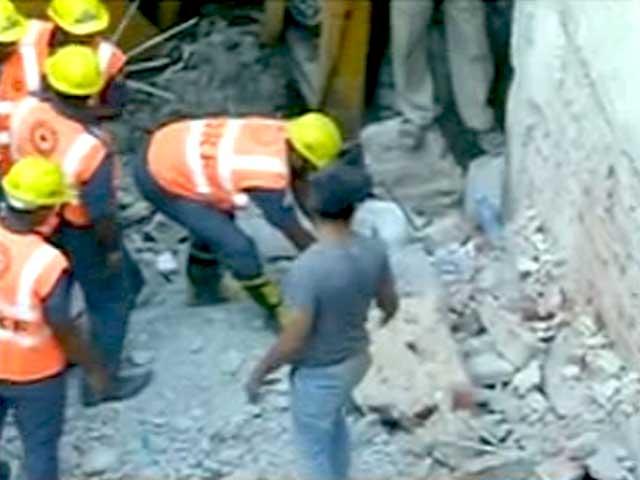 Videos : पश्चिमी दिल्ली में 4 मंजिला इमारत ढही, हादसे में 5 लोगों की मौत