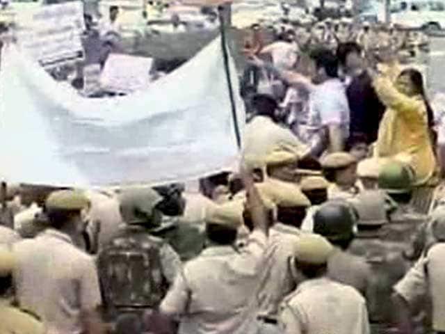 Video : दिल्ली में लड़की की चाकू मारकर हत्या के विरोध में 'आप' का पुलिस मुख्यालय के बाहर प्रदर्शन
