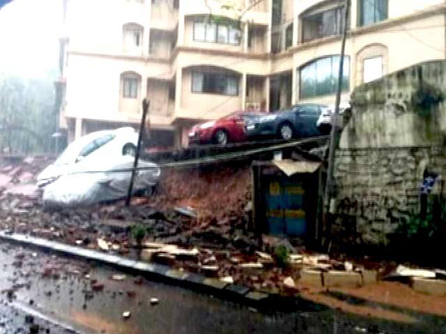 Video : Rains Hit Mumbai in Rush Hour, Trains Running Late