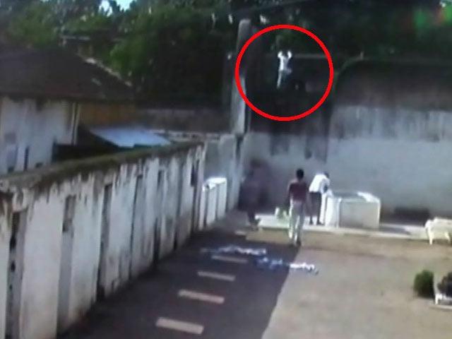 Videos : कैमरे में कैद : जेल की दीवार फांदकर भागा कैदी