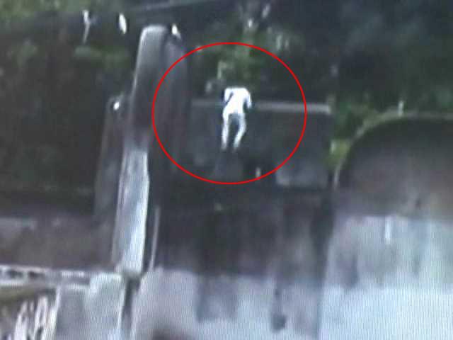 Video : Prison Break Caught on Camera: Murder Convict Escapes in Madhya Pradesh