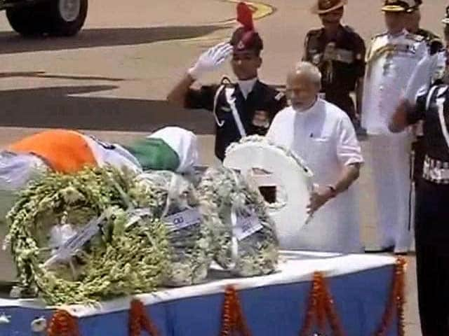 Video : डॉ कलाम को राष्ट्रपति मुखर्जी और पीएम मोदी ने दी श्रद्धांजलि