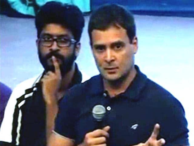 Video : FTII के प्रदर्शनकारी छात्रों से मिले राहुल गांधी, बीजेपी ने दिखाए काले झंडे
