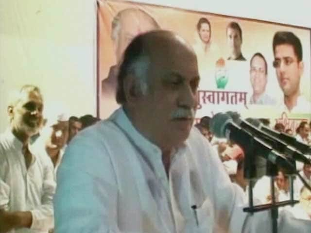 Video : Congress' Gurudas Kamat Gets Notice for Offensive Comments About Smriti Irani
