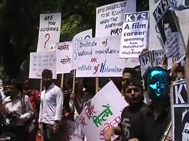 Video : Protesting Pune Film Institute Students Hit the Streets in Delhi