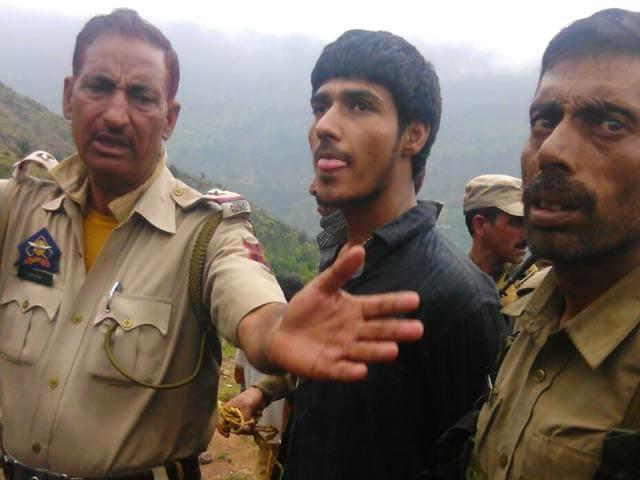 Videos : बीएसएफ की बस पर हमला करने वाला पाकिस्तानी आतंकी जिंदा गिरफ्तार