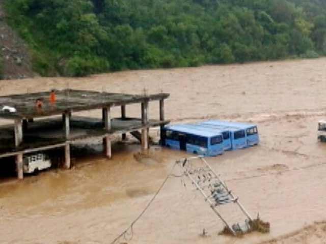 Videos : हिमाचल में आफत की बारिश, धरमपुर में बसें डूबी, सड़कों और मकानों को काफी नुकसान