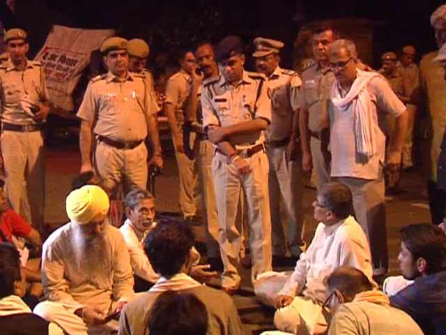Video : Police Lathicharge Land Bill Protesters Led by Yogendra Yadav Near Jantar Mantar in Delhi