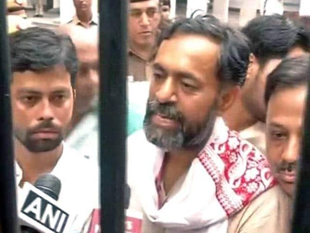 Video : योगेंद्र यादव गिरफ्तार, पुलिस पर लगाया मार-पिटाई का आरोप