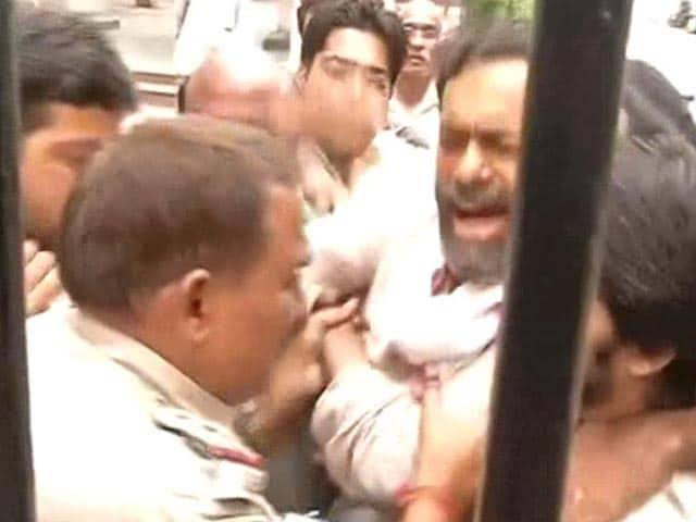 Video : Yogendra Yadav Alleges 'Brutal Assault' by Cops, Gets Arvind Kejriwal's Support