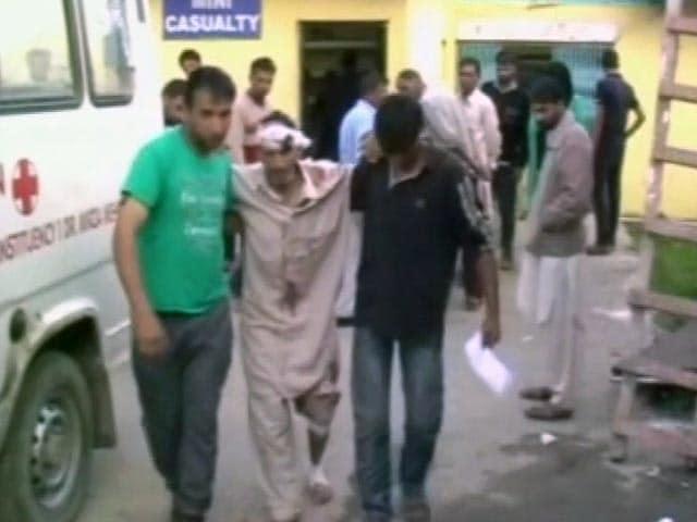 Videos : जम्मू-कश्मीर : शोपियां में मस्जिद के बाहर ग्रेनेड ब्लास्ट में आठ घायल