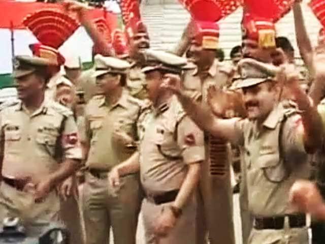 Videos : वाघ बॉर्डर पर बीएसएफ जवानों ने जमकर मनाया आजादी का जश्न