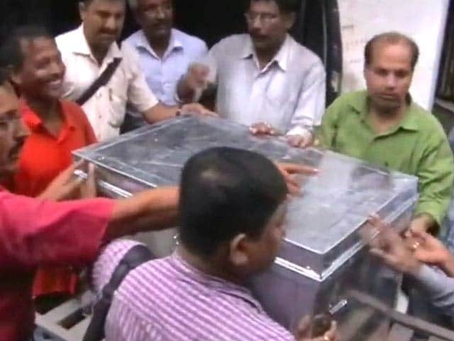 Video : पश्चिम बंगाल में नगर निगम के इंजीनियर के घर से मिले 20 करोड़