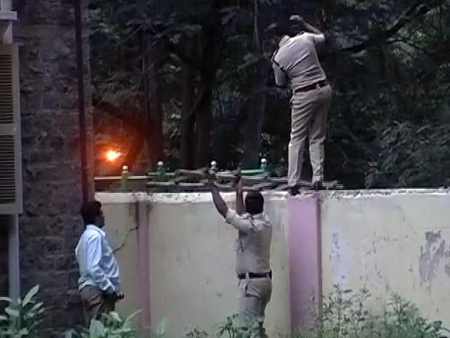 Videos : बेंगलुरु : अस्पताल में कैदी ने की फायरिंग, कमांडो कार्रवाई में मौत