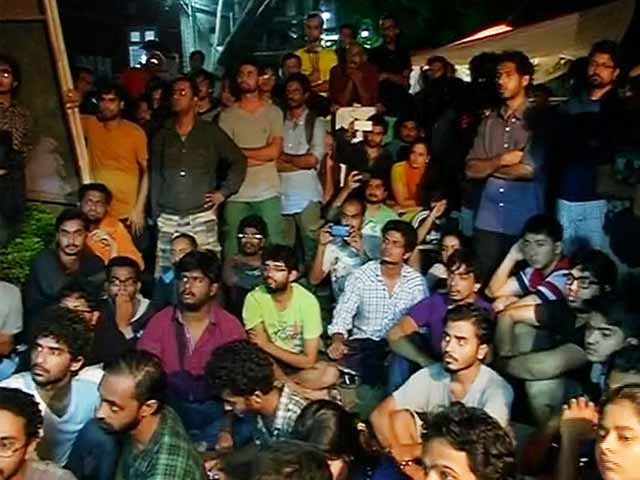 Video : FTII Director Held Captive by Students, Released After a Few Hours