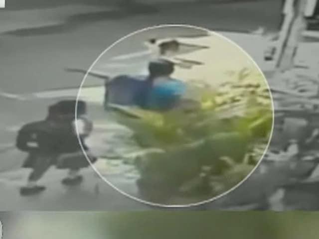 Video : बेंगलुरु : सीसीटीवी की मदद से दो चेन स्नैचर गिरफ्तार, 23 केस सुलझाने का दावा