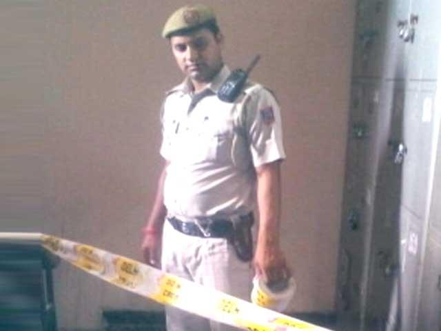 Videos : दिल्ली के साकेत कोर्ट में पटाखों से धमाके के बाद अफरातफरी
