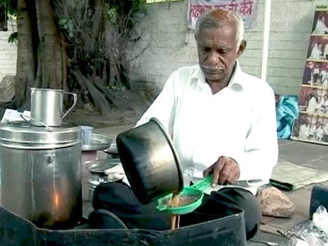 Video : Meet Laxman Rao, Tea Seller, Novelist and Student