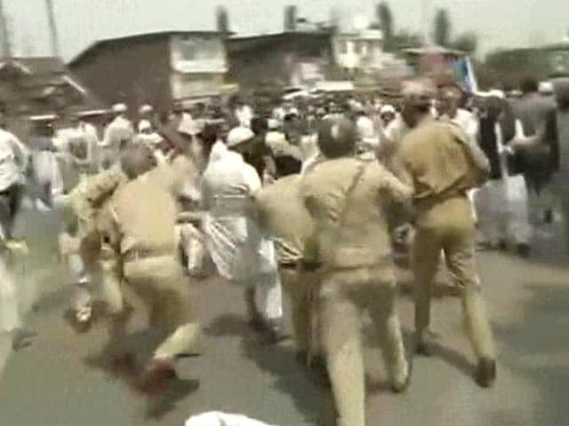 Video : Protests Outside Geelani's Residence in Srinagar; Cops Use Water Cannon