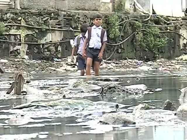 Video : These Mumbai Children Wade Through Knee-Deep Sewage to Make it to School
