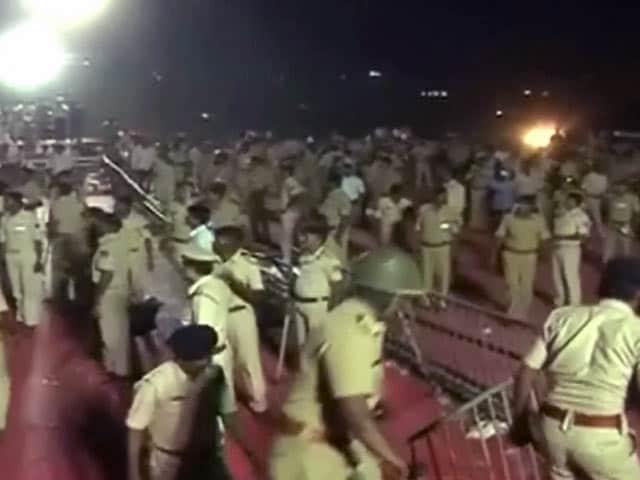 Videos : हार्दिक पटेल को हिरासत में लेने के कुछ ही देर बाद पुलिस ने छोड़ा