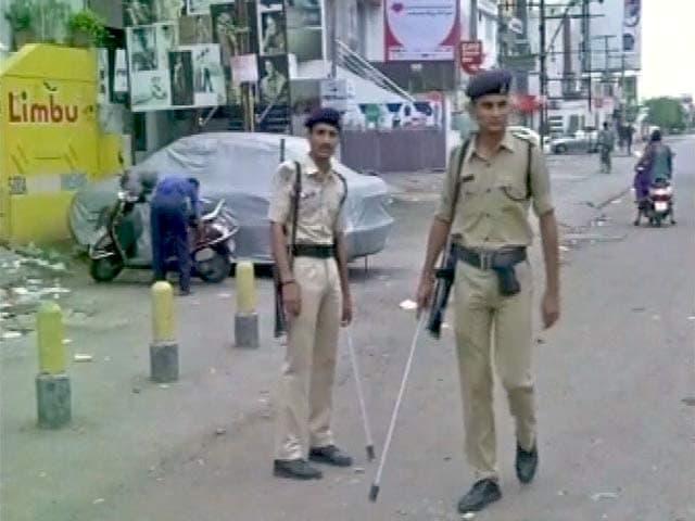 Videos : हिंसक झड़पों के बाद गुजरात में तनाव, मोबाइल इंटरनेट पर रोक, कुछ इलाकों में कर्फ्यू